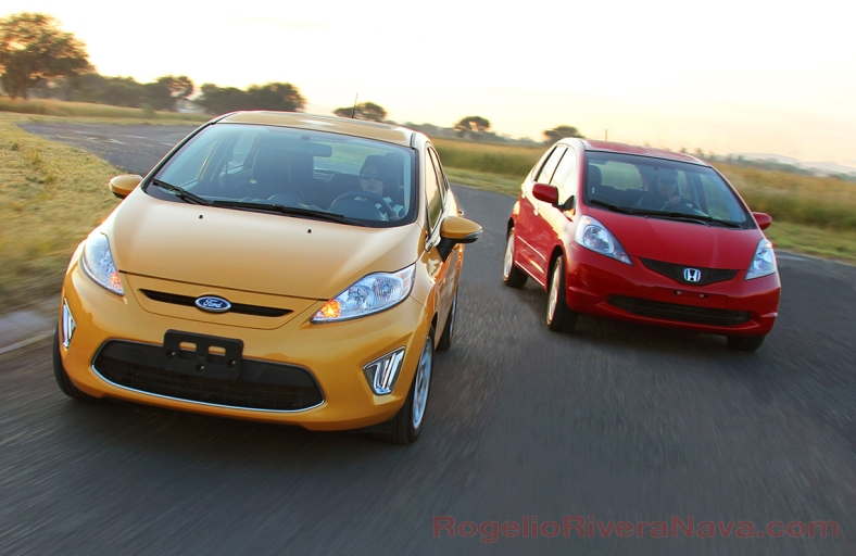 2010 Ford Fiesta vs Honda Fit at Toluquilla track, Guadalajara, Jalisco, Mexico  [ Focal lenght: 20 | Shutter speed: 1/30 | f number: 8 ]