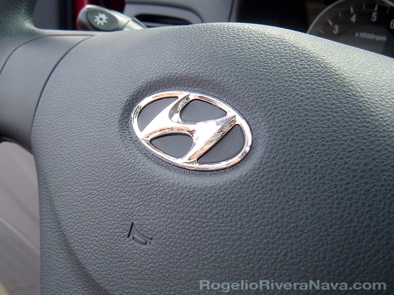 "2006 Hyundai Accent (labeled ""Dodge Attitude"" for the Mexican market). Hyundai logo in a steering wheel. / Photo by Rogelio Rivera-Nava / rogelioriveranava.com [ Focal lenght: 5.7 